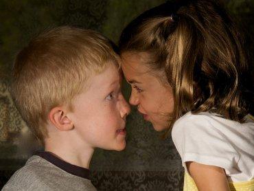 Kłótnie między rodzeństwem w młodym wieku nie muszą oznaczać negatywnych relacji w życiu dorosłym (fot. foter.com)