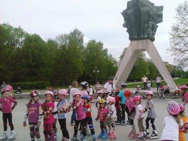 Rozpoczyna się kolejny sezon nauki jazdy na rolkach na placu pod Żyrafą (fot. mat. mosir.tychy.pl)