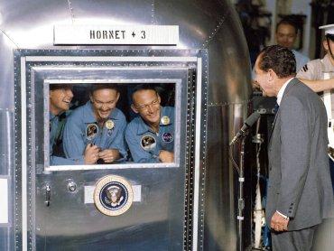 Załoga Apollo 11 rozmawiająca z prezydentem Nixonem podczas 21-dniowej kwarantanny (fot. Fb Centrum Nauki Kopernik)