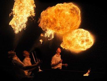 """W piątek wieczorem w Rybniku będzie można zobaczyć teatr ognia pt. """"Tajemnicze jezioro"""" (fot. Bractwo Ognia Spaleni)"""