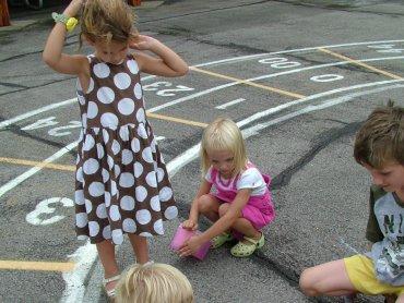 Dawniej dzieci z sąsiedztwa bawiły się razem na placu, podczas gdy ich rodzice plotkowali na ławeczkach (fot. sxc.hu)
