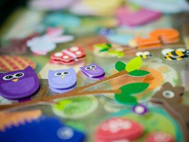 Podczas zajęć w katowickim Empiku dzieci zapoznają się m.in. z metodą scrapbookingu (fot. foter.com)