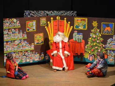 Skąd Święty Mikołaj bierze prezenty dowiedzą się widzowie Teatru Gry i Ludzie (fot. Teatr Gry i Ludzie)