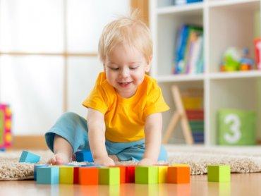 Do dyspozycji dzieci jest wiele ciekawych zabawek - większość wykonanych z drewna (fot. mat. żłobka)