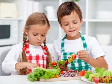 Podczas warsztatów botaniczno-kulinarnych w Kombinatorach dzieci dowiedzą się jak sadzić drzewka egzotyczne i zjedzą pyszne owoce (fot. materiały Kombinatorów)