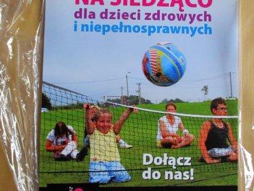 Siatkówka na siedząco zintegruje dzieci sprawne i niepełnosprawne (fot. materiały prasowe)