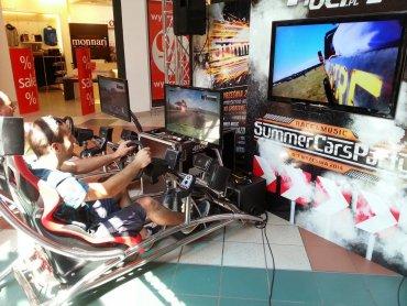 W najbliższy weekend w CH Auchan w Mikołowie i Żorach będzie można spróbować swoich sił na symulatorze WRC (fot. mat. organizatora)