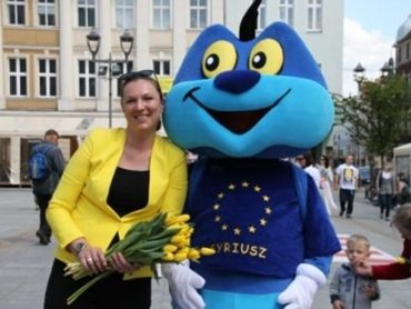 Syriusz, maskotka UE, to niebieska uśmiechnięta stonoga (fot. mat. prasowe)