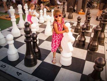 Wakacyjne rozgrywki szachowe to również zabawa z grami w wersji XXL (fot. mat. Fb Jarmark Śląski)