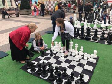 Gry w szachy mogą spróbować całe rodziny (fot. archiwum zdjęć na Fb/Jarmarki Śląskie)