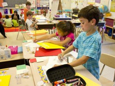 Wielu rodziców stoi przed trudną decyzją: czy posłać swoje sześcioletnie dziecko do szkoły? (fot. foter.com)