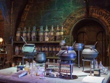 W Szkole Magii dzieci znajdą przedmioty potrzebne do zajęć z alchemii (fot. mat. pixabay)