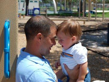 Rola ojca w procesie wychowania dziecka jest czeszto spychana na margines, a więź łącząca malucha z tatą - bagatelizowana (fot. sxc.hu)