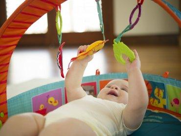 Księga Rozwoju Dziecka pomoże rodzicom rozwiać wątpliwości dotyczące rozwoju i pielęgnacji dziecka do 3 roku życia (fot. tiny love)