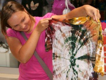 Koszulka barwiona techniką shibori (fot. mat. Auchan)