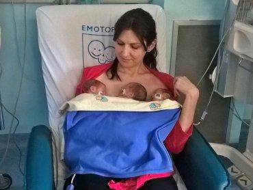 Szczęśliwa mama ze swoimi pociechami (fot. mat. Szpitala Miejskiego w Rudzie Śląskiej)