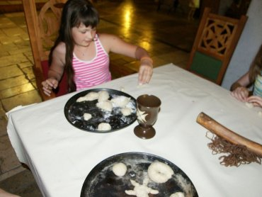 W Warowni Pszczyńskich Rycerzy dzieci upieką podpłomyki (fot. mat. organizatora)