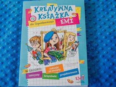 """""""Kreatywna książka Emi dla superdziewczyn"""" to trzydzieści stron ciekawych zadań z naklejkami (fot. Ewelina Zielińska)"""
