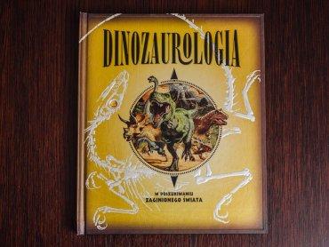 """""""Dinozaurologia"""" to książka stylizowana na dziennk wyprawy wydawnictwa Debit (fot. Ewelina Zielińska)"""
