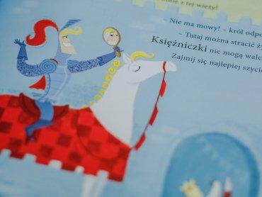 """Mamy dla Was egzemplarz książki """"Księżniczka Jula, smok i rycerze niedorajdy"""" (fot. Ewelina Zielińska)"""