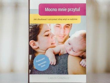 """""""Mocno mnie przytul"""" to lektura, która przyda się wszystkim rodzicom (fot. Ewelina Zielińska)"""