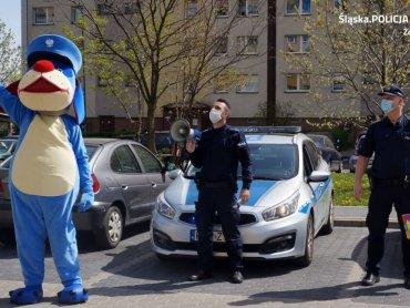 Policjanci wraz ze Sznupkiem pojawili się pod oknami mieszkania Antosia (fot. mat. Policji w Żorach)
