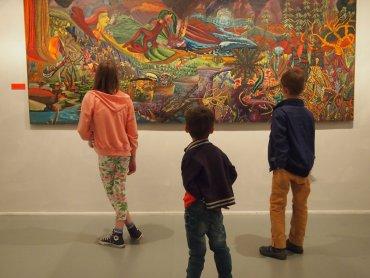 Zwiedzający na wystawie Na pograniczu światów ( fot. Małgorzata Iwanek, materiały Muzeum Górnośląskiego)