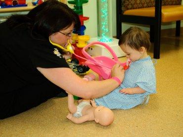 Nierzadko zanim trafi się do lekarza trzeba czekać w długiej kolejce. Nie jest to łatwe dla matek z dziećmi (fot. foter.com)
