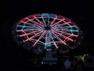 Śląskie Wesołe Miasteczko nocą wygląda naprawdę imponująco (fot. materiały lunaparku)