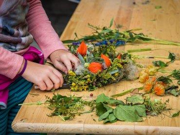 Na zajęciach dzieci wyplotą wianki z wikliny i przyozdobią je kwiatami (fot. pixabay)