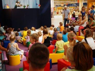 """W ramach cyklu spotkań """"Bajeczne soboty"""" w Auchan Sosnowiec dzieci mogą oglądać zabawne przedstawienia z morałem (fot. mat. organizatora)"""