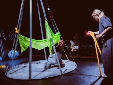 """Spektakl """"W kole"""" to kolejna wrześniowa propozycja Teatru Miejskiego w Gliwicach (fot. mat. organizatora)"""