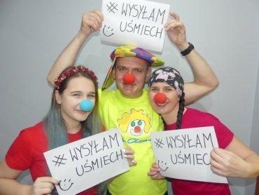 """Zrób zdjęcie z kartką, na której widnieje #wysyłamuśmiech i wesprzyj lekarzy, sprzedawców i innych bohaterów (fot. mat. Fundacji """"Dr Clown"""")"""