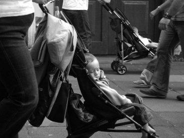 Slalom wózkiem bywa trudny (fot. sxc.hu)
