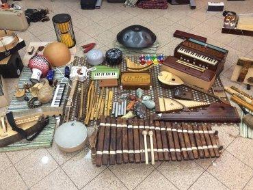 Bogactwo instrumentów poznacie na warsztatach z Tomaszem Drozdkiem (fot. archiwum FB Tomasza Drozdka)