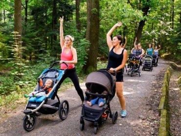 Grupowe ćwiczenia z dzieckiem przy boku? Z Buggy Gym to proste. (fot. MOSiR Tychy)