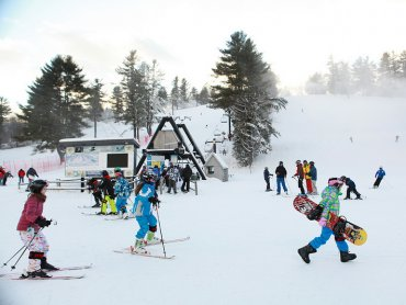 Na zimowiskach dzieci biorą udział w wielu ciekawych zajęciach i tak naprawdę nie mają zbyt wiele czasu na tęsknotę (fot. foter.com)