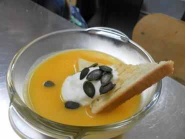 Zupa z dyni z cytrynową śmietaną i prażonymi pestkami z dyni (fot. materiały Cynamonu)
