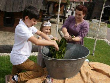 Jak prać w balii i czyścić zbroje pokażą dzieciom średniowieczni rzemieślnicy (fot. mat. organizatora)